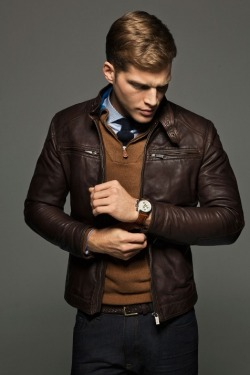 acuratedman:  Fantastic looking leather jacket.